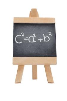 На доске с математической формулой, написанной на ней