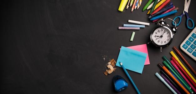 학용품이 있는 칠판은 위쪽 테두리가 위로 올라갑니다. 학교 개념으로 돌아가기