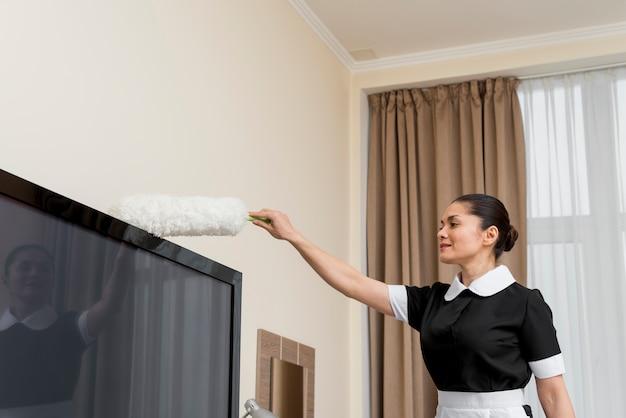 Cameriera che pulisce la stanza d'albergo Foto Gratuite