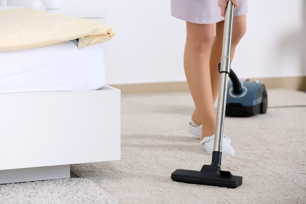 진공 청소기가 있는 하녀 청소실