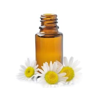 Цветки ромашки с косметическими маслами
