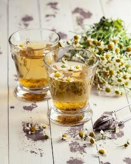 Чашки и растения ромашкового чая