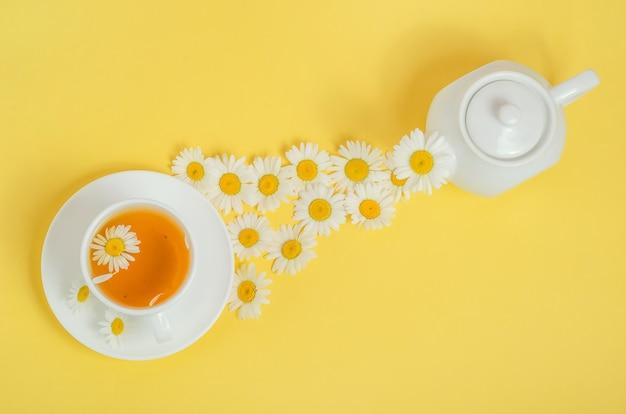 카모마일 차를 컵에 붓습니다.