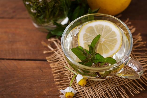 레몬과 민트와 카모마일 차입니다. 초본 차. 식이 메뉴. 적절한 영양 섭취.