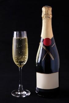 Шампанское и бокалы для шампанского