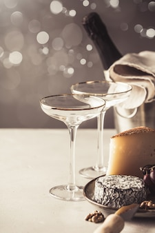 Шампанское и сырная тарелка на бетонном фоне