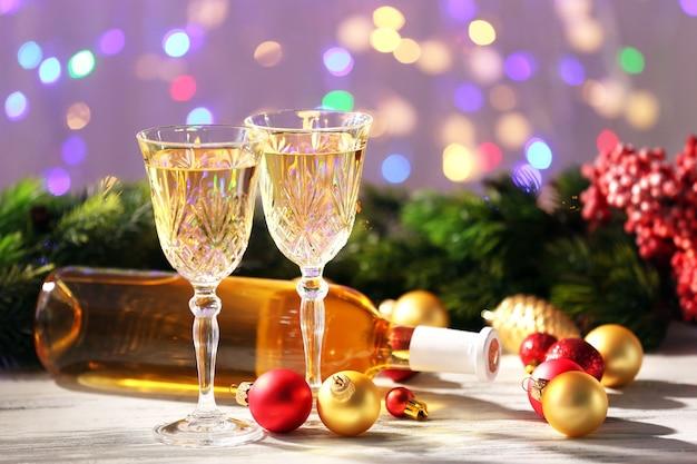 木製のテーブルにシャンパンとクリスマスの装飾