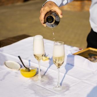 Бокалы для шампанского и вина, алкоголь, налив шампанского, свадебный стол,