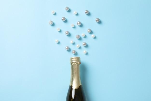 シャンパンボトルとテキスト用の青、スペースにキラキラ