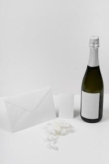 Bottiglia di champagne e disposizione della busta