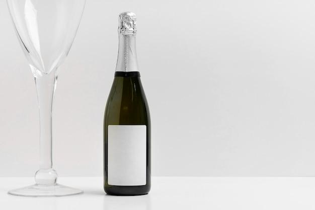Bottiglia di champagne e disposizione in vetro