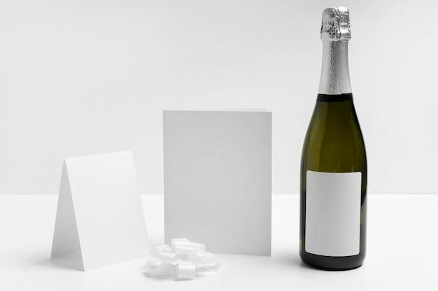 白い背景の上のシャンパンボトル