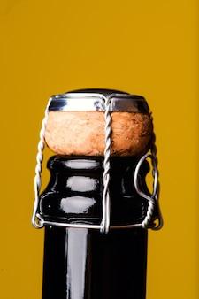 Бутылка шампанского на желтом