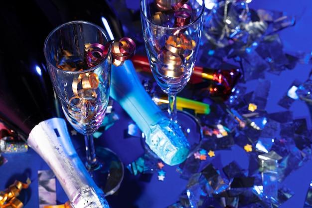お祭りの装飾が施されたシャンパンボトル。パーティーのコンセプト