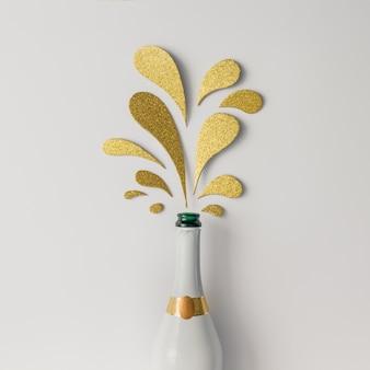 Бутылка шампанского с золотыми блестящими вкраплениями на белой поверхности