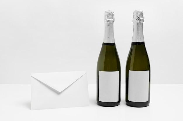 シャンパンボトルと封筒の配置