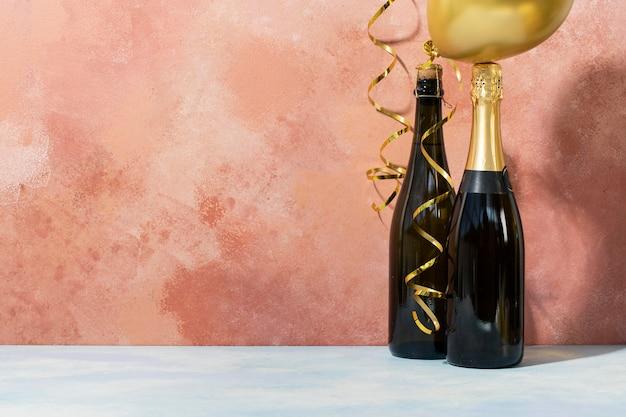 Disposizione di bottiglie di champagne e palloncini