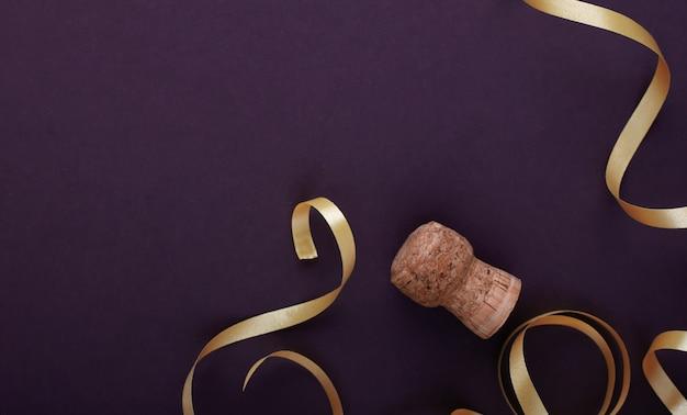 シャンパンコルクとクリスマスリボン。新年のシンボル!