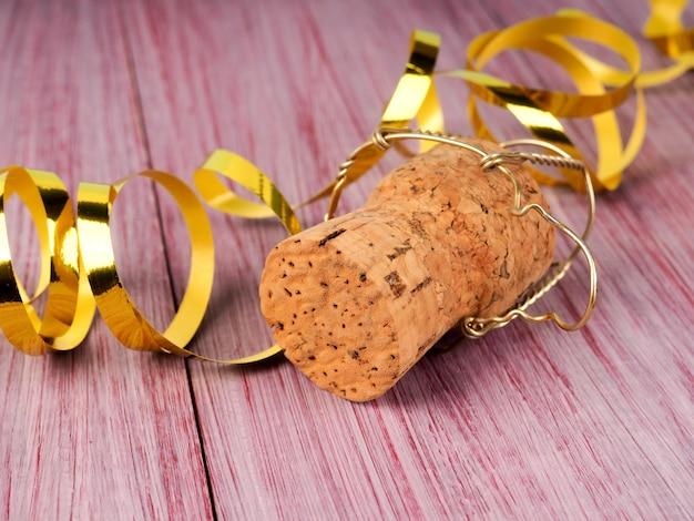 Пробка шампанского на деревянном столе, одиночное рождество пробки шампанского.