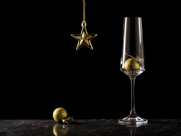 Бокал для шампанского и рождественские украшения