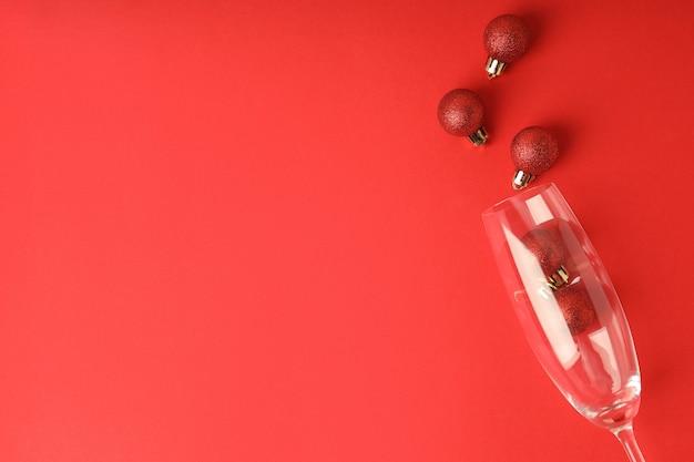 赤い背景につまらないものとシャンパングラス。