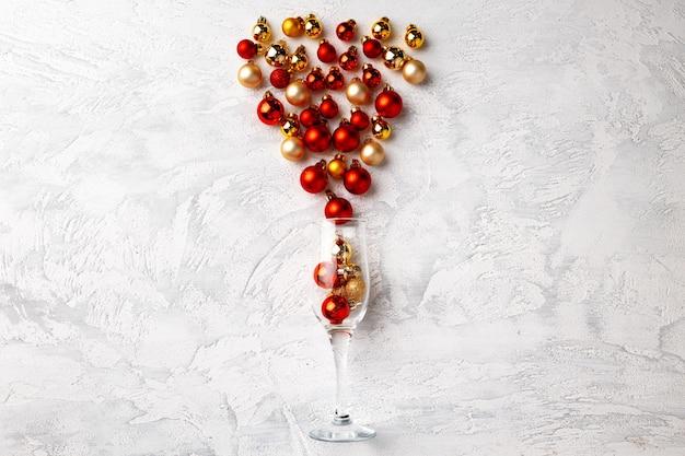 Бокал шампанского с елочными шарами