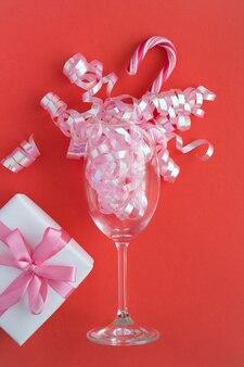 Бокал шампанского с конфетти и подарком