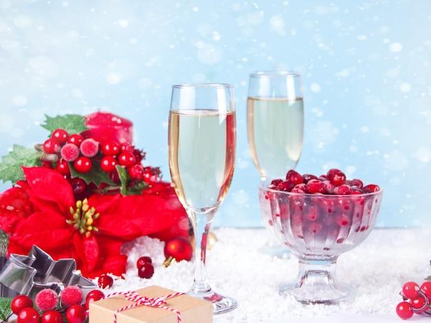 Бокал для шампанского с клюквой и рождественским украшением. рождество и новый год концепция.
