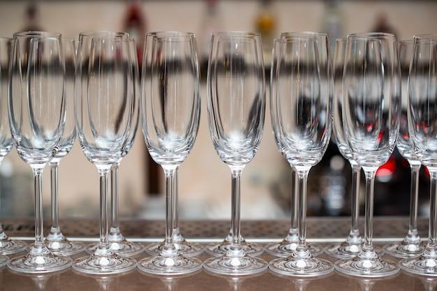 테이블에 샴페인 잔입니다. 빈 잔이 서빙할 준비가 되어 있습니다. 출장 요리 서비스. 비즈니스, 케이터링 서비스.