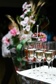 Бокалы для шампанского на столе