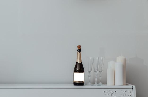 白い背景の上のシャンパングラス。パーティーや休日のお祝い