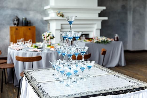 Бокалы для шампанского. свадебная горка шампанское для жениха и невесты. красочные свадебные бокалы с шампанским. кейтеринг. кейтеринг-бар для торжества. красота свадебного интерьера для свадьбы