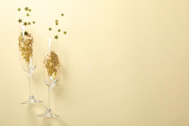 Бокалы для шампанского с блеском на бежевом, место для текста