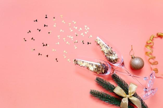Бокалы для шампанского с золотым конфетти. празднование нового года