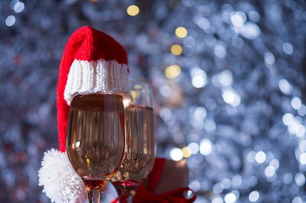 Бокалы с шампанским и шляпы санты