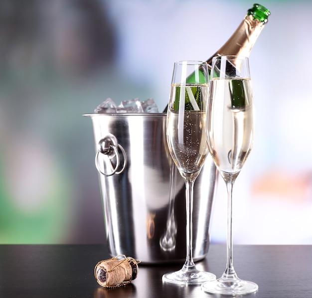 グラスにシャンパン、レストランにボトル