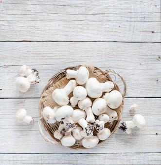 오래 된 나무 테이블에 샴 피뇽 버섯