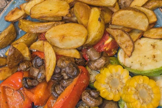 Шампиньоны подаются с печеным картофелем и сливками.