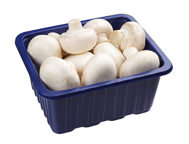 白い背景で隔離の青いプラスチック包装のシャンピニオン