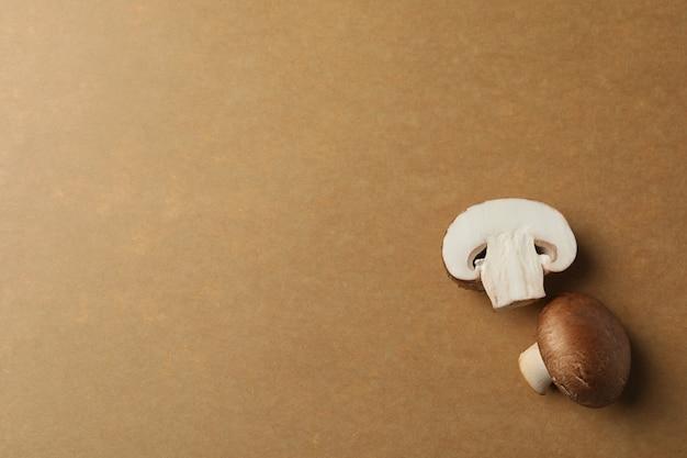 Шампиньоны на коричневой крафт, место для текста