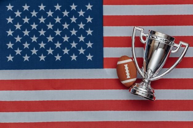 미국 국기에 럭비 공이 있는 챔피언 컵. 스포츠 경기