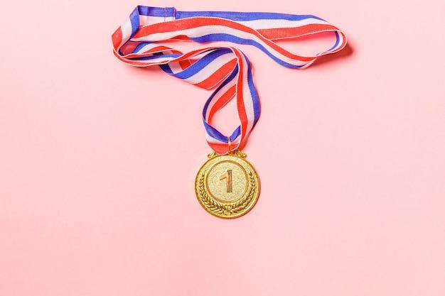 Золотая медаль чемпиона, изолированные на розовом фоне