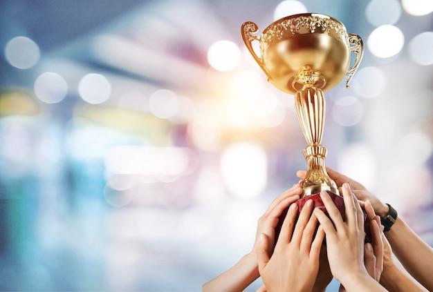 勝者の背景のためのチャンピオンの黄金のトロフィー。成功と達成の概念。