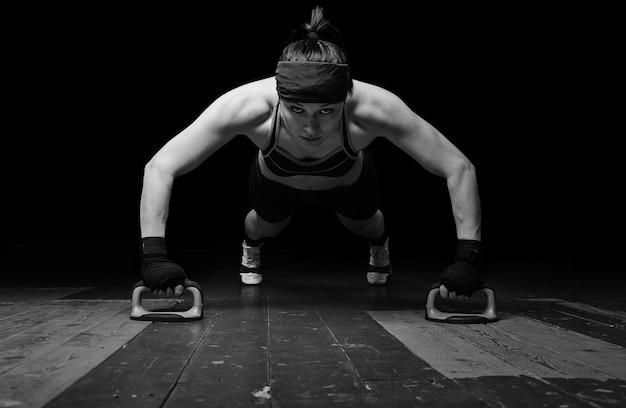 다음 대회를 준비하는 태국 복싱 세계 챔피언. 체육관 바닥에서 팔 굽혀 펴기