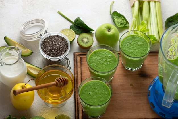 チャンピオンの朝食!ほうれん草、セロリ、緑の野菜や果物の飲み物。