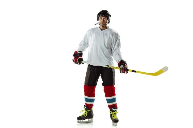 챔피언. 얼음 코트와 흰 벽에 막대기로 젊은 남자 하키 선수. 장비와 헬멧 연습을 착용하는 스포츠맨. 스포츠, 건강한 라이프 스타일, 운동, 운동, 행동의 개념.