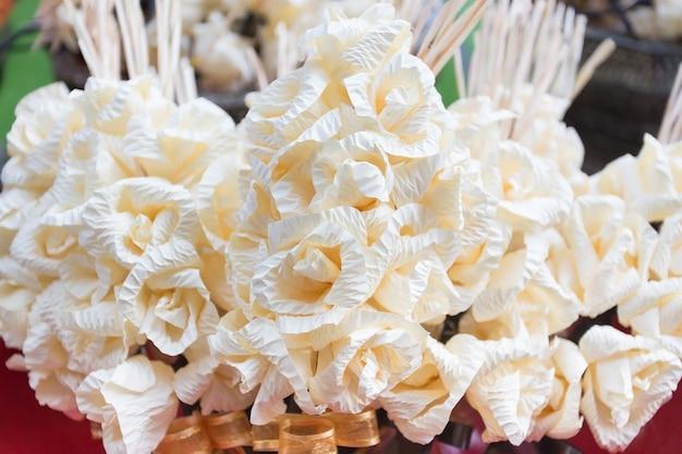 태국 전통에서 죽은 자의 의식에 사용되는 찬 꽃 종이.
