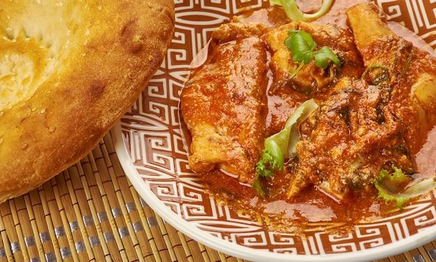 Chana aur khatte pyaaz ka murgh-エシャロットのピクルスとひよこ豆のグレービーソースで調理したインディアンチキンモーゼル、パランサ添え