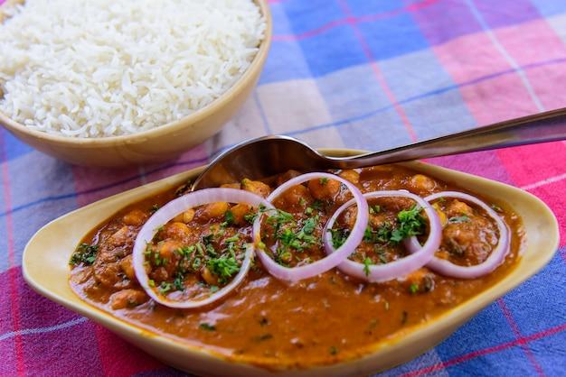 Чана масала с луковыми кольцами и паром простого риса.