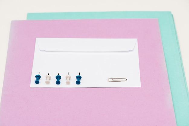 흰색 테이블에 대사관